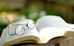 foto occhiali su libro
