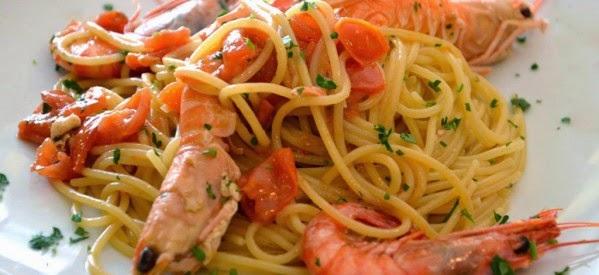 Spaghetti con gamberi scampi e pomodorini