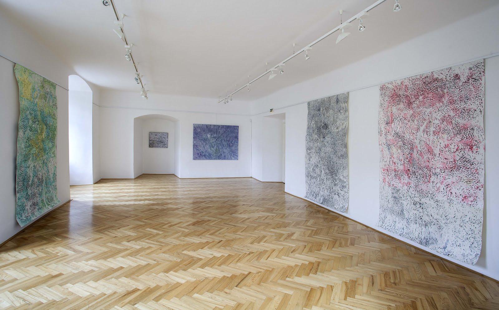 """pohled do instalace výstavy : Přikrytá mlhou"""", Galerie Františka Drtikola, Příbram"""