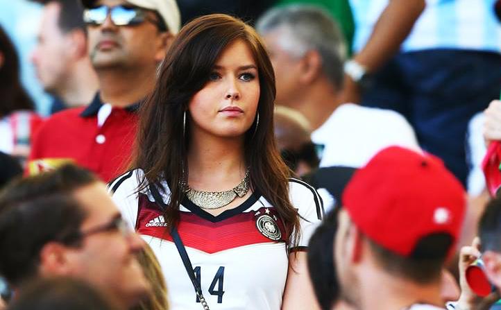 Lena, la novia gordibuena de Julian Draxler, festejando en el estadio Maracaná en la Final de la Copa Mundial de la FIFA Brasil 2014. La guapa chica alemana saltó al campo con un short color melón enseñando sus deliciosas piernas. | Ximinia