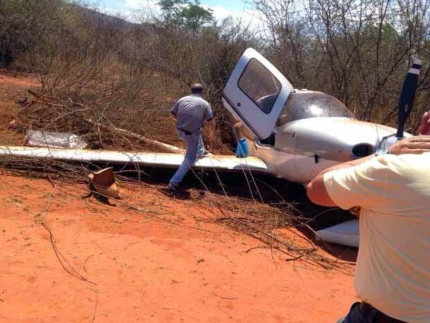 Avião atingiu arbusto ao pousar em aeroporto na Bahia (Foto: Lay Amorim/Brumado Notícias)