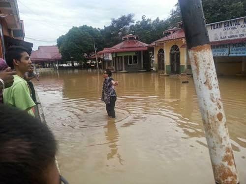 8 Gambar Diva Azwan Ali Melawat Mangsa Banjir Di Perak, info, terkini, hiburan, sensasi, Azwan Ali, Mangsa banjir