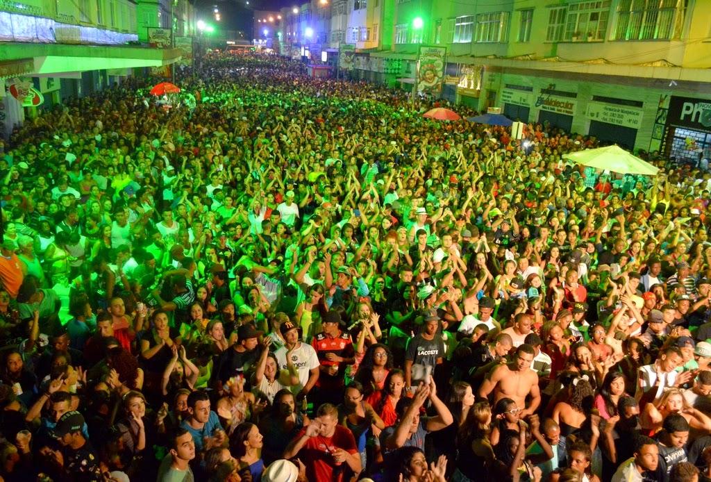 Milhares de pessoas dançam e cantam com grupo Bom Gosto