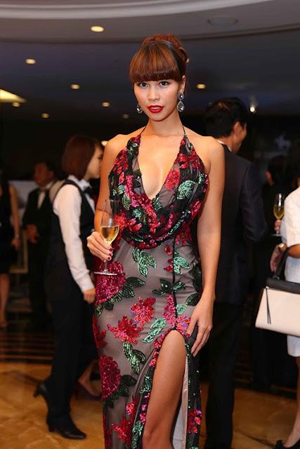 Siêu mẫu Hà Anh gợi cảm và quyến rũ với mẫu váy dạ hội thiết kế đẹp mắt trên chất liệu vải voan lụa kết hợp họa tiết ánh kim bắt mắt.
