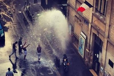 [Ojim] Bouches incendie reconverties en jeux d'eau-Comment tromper ses lecteurs par l'illustration: L'Express dans France bouches%2Bd%2527incendie