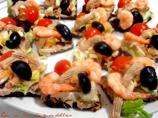 Canapés frutti di mare con pan negro de Westfalia