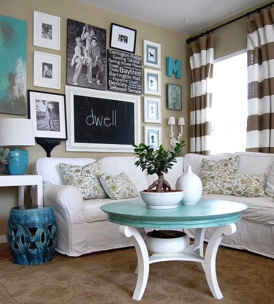 Decoração de sala pequena com sofá de canto em tons de azul e branco.