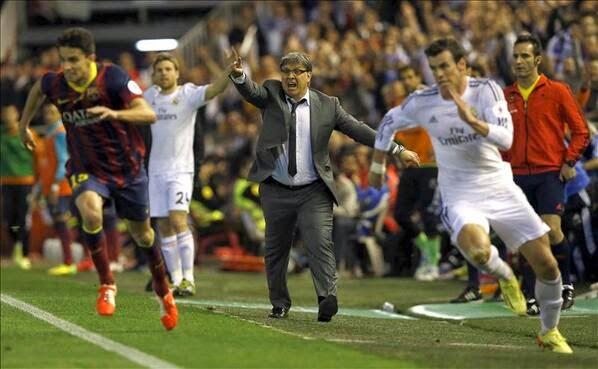 Bale y Bartra luchando por el balón