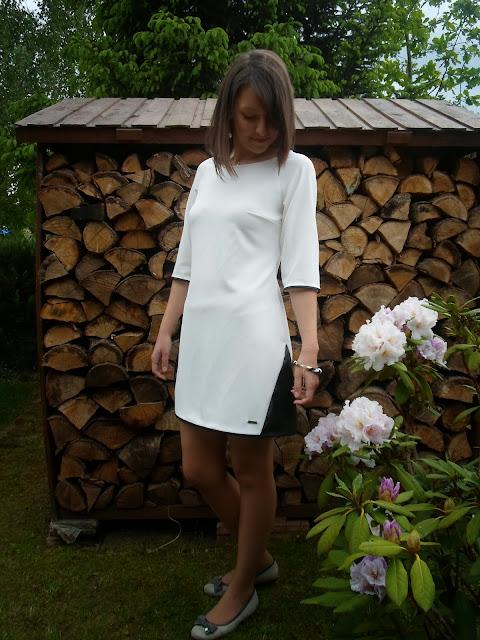 sukienka, dzianina, elegancka, lamówki, trójkąty, biała