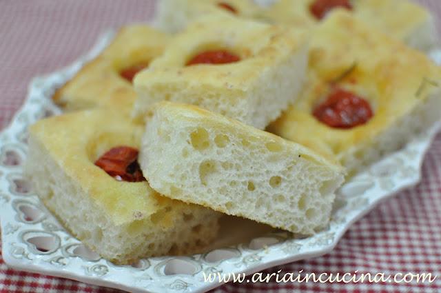 Blog di cucina di Aria: La focaccia con i pomodorini che viene sempre...e la passione che trova il tempo