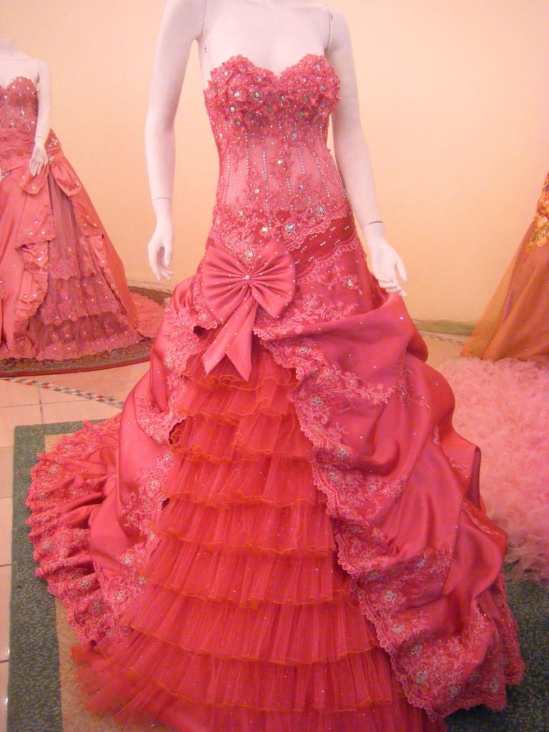 memilih gaun-gaun yang agak panjang dan mengindari model gaun pesta
