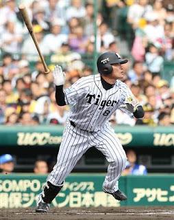 6回、本塁打を放つ阪神・福留=甲子園球場(撮影・鳥越瑞絵)(写真:サンケイスポーツ)