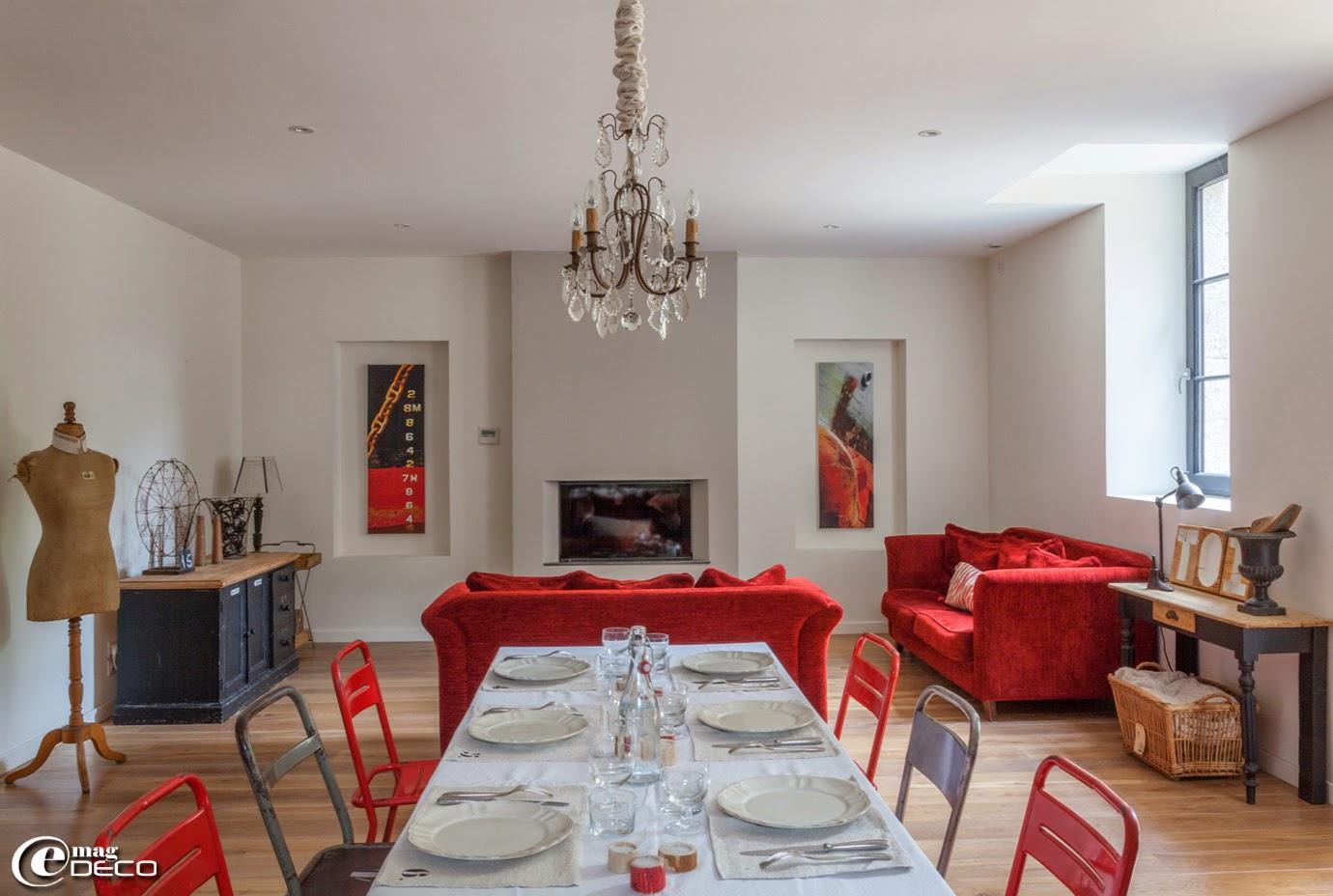 Autour d'une table à manger, des chaises Tolix chinées sur 'leboncoin'