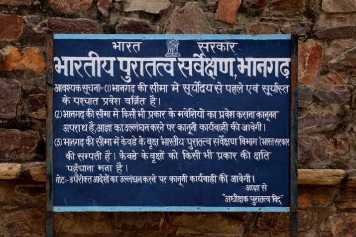 Board put by Archaeological survey of india at Bhangarh in Hindi