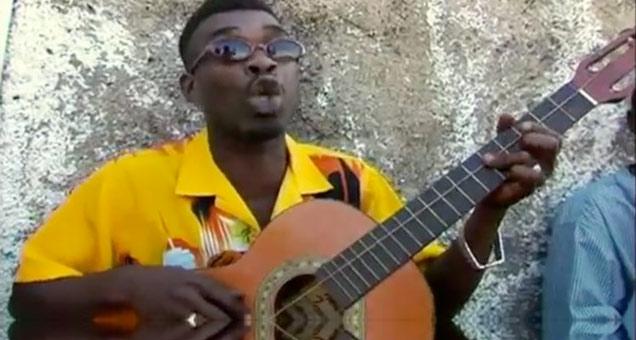 Jamaicano da show tocando guitarra de uma corda só