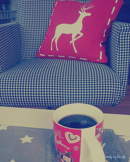 kawa przed porządkami z reniferem w tle