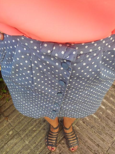 Falda de topitos de Pepa Loves y camiseta flúor de Primark