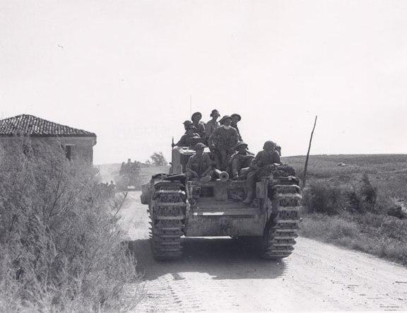 Carro britannico Churchill attraversa la campagna romagnola