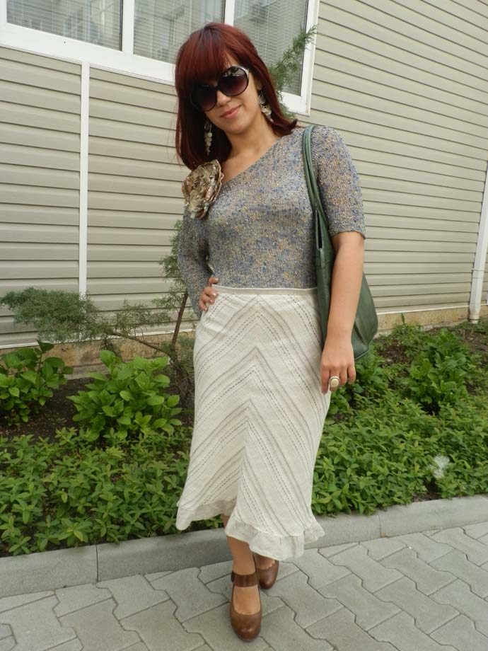 Outfit I am wearing: Handmade pencil skirt, knitted top and flower brooch created by my mom, a handmade green leather purse, sunglasses, chandelier earrings and ring all from H&M and Spanish brown shoes woth  chunky heel by HDR