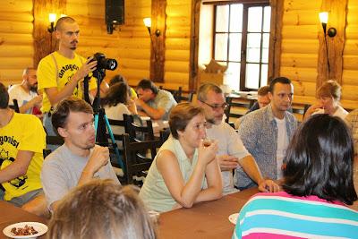 Фото с Леточая-14.  За столом слева направо: А.Жиряков, какая-то симпатичная девушка), С.Калинин, Т.Казьмин