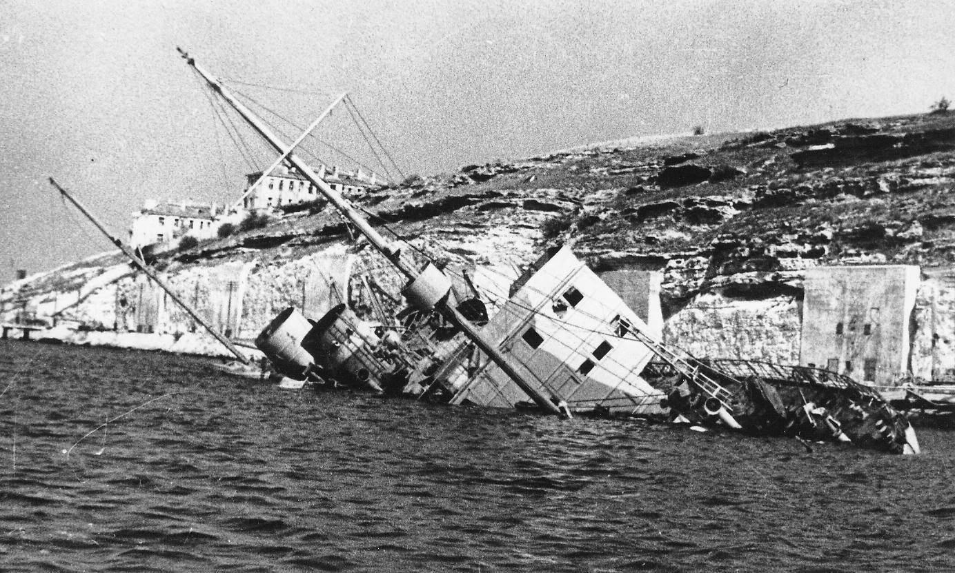 Потопленный корабль в Сухарной балке Севастополя