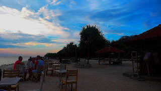 Menikmati keindahan sunset di gili trawangan ala backpacker