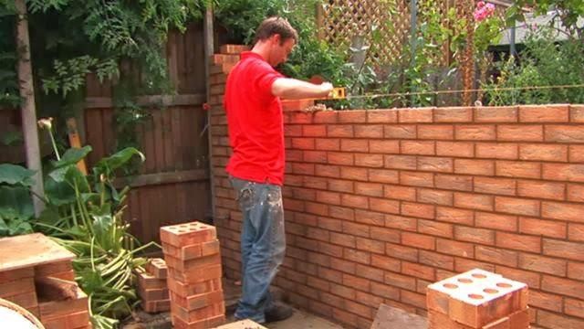 Proceso constructivo de un muro de ladrillos