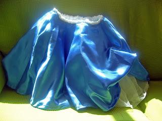 falda de raso azul con forro de tul blanco