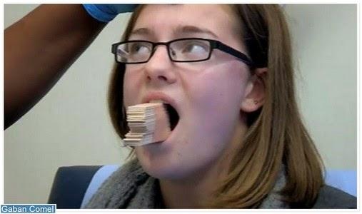Holly Thompson Pelajar Perempuan Tidak Boleh Tutup Mulut Selepas Menguap Didalam Kelas