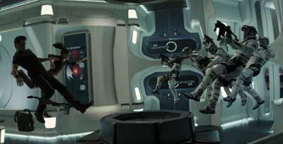 Imagen de la película, con los personajes flotando en el interior del ascensor
