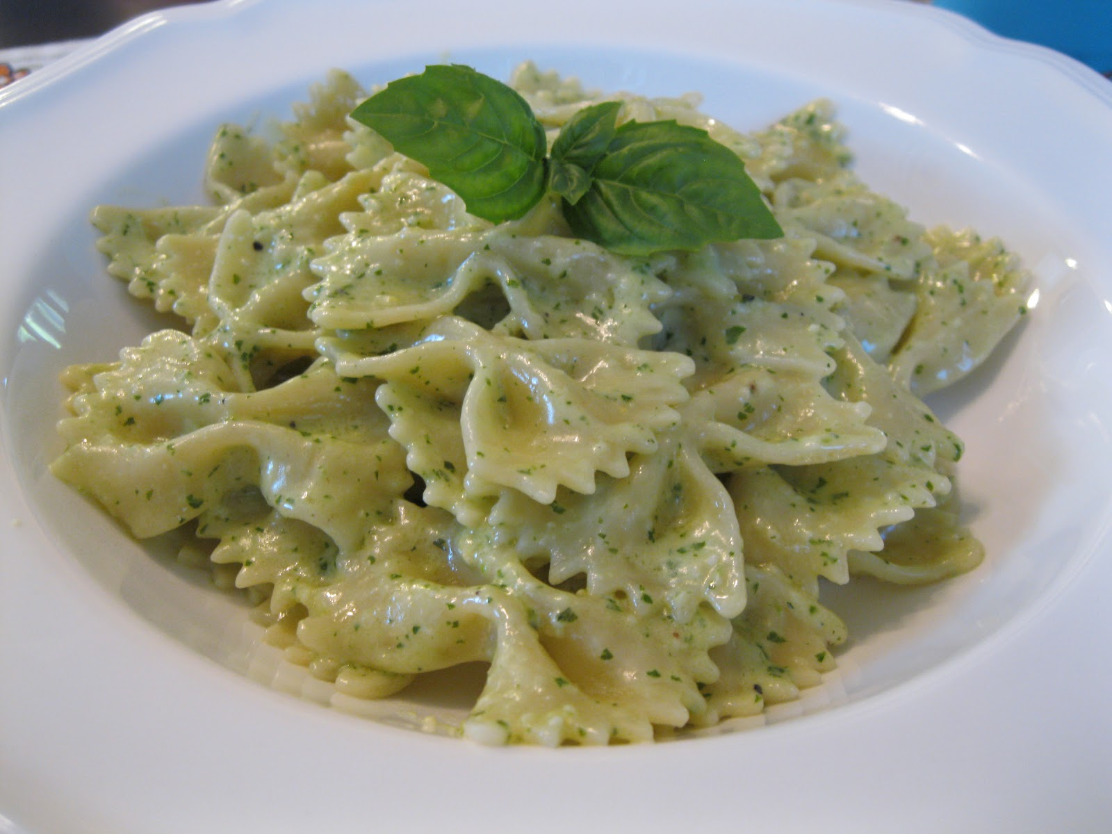 the Pioneer Woman's Pasta with Pesto Cream Sauce . Pasta and pesto ...