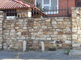 Каменный забор. Фото 27