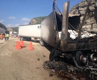 Trágico accidente de tráileres en carretera federal de Veracruz un camionera calcinado