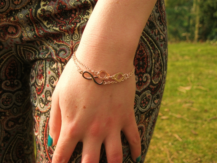 Red Sonja Blog Fashion Outfit Rosé Gold Bracelets Infinity Handcuff