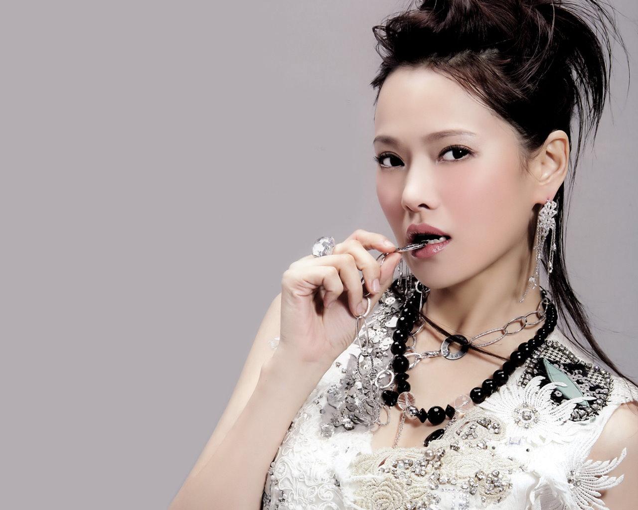 Annie Yi adalah penyanyi, penulis dan aktris dari Republik Cina ...