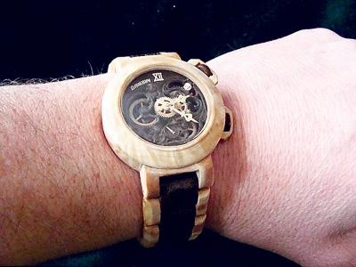Keseluruhan jam tangan Valerii diperbuat daripada kayu termasuk bahagian dalamannya.