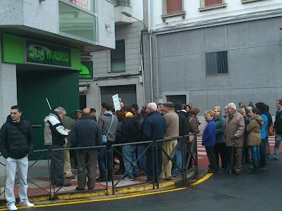 MAnifestantes a las puertas de Bankia