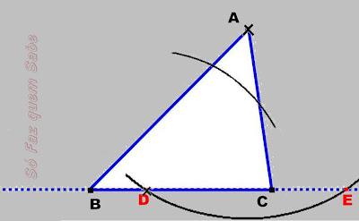 Fazendo um arco com centro no ponto D para construir a altura do triângulo.