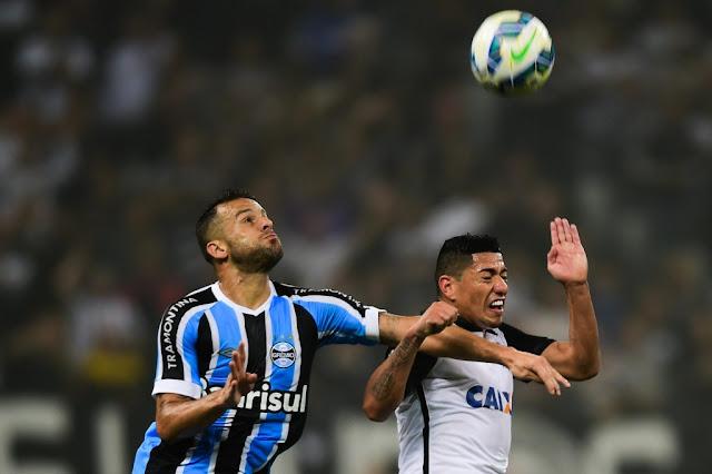 Ex-atacante do Corinthians, Bobô abriu o placar para o Grêmio (Foto: Djalma Vassão/Gazeta Press)