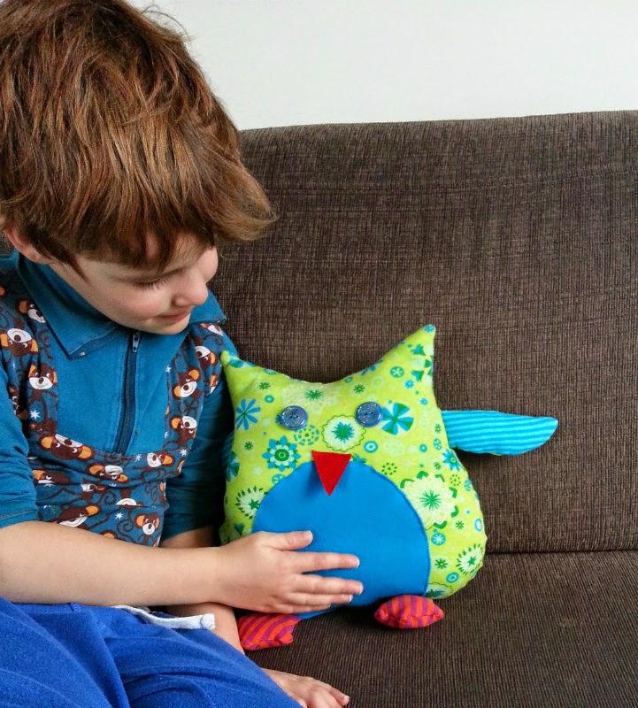 Zo blij met zijn lieve zelf gemaakte uilen knuffel