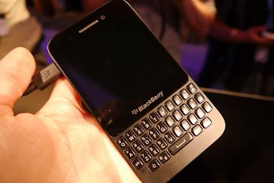 La inserción de la tarjeta SIM en el BlackBerry Q5 es muy diferente a como se hace en los anteriores modelos BlackBerry 10, El Z10 y Q10. Para los nuevos usuarios del Q5 aquí les traemos un conjunto de instrucciones para introducir la tarjeta SIM en su dispositivo. La gran diferencia aquí es que el BlackBerry Q5 no tiene una batería extraíble, por lo que lo diferencia de sus predecesores, que tienen batería extraíble y se puede ver fácilmente la ranura de la tarjeta SIM. El acceso a la tarjeta SIM en el BlackBerry Q5 se encuentra en el lado