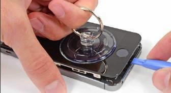 abrir el iPhone 5S con la ventosa manual del kit de desarme para smartphones y tabletas