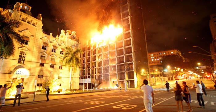 INCÊNDIO DESTROI QUATRO ANDARES DA RECEITA FEDERAL EM BELÉM DO PARÁ – VEJA AS FOTOS