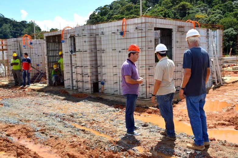 Prefeito Arlei e representantes da construtora responsável pela execução da obra conversam sobre o andamento  da construção das casas populares, na Fazenda Ermitage