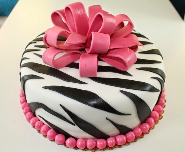 Tort z różową kokardą