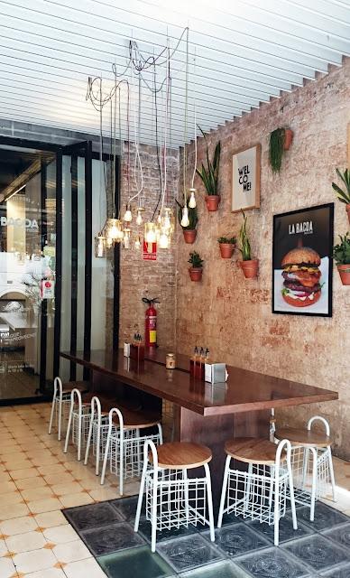 design restaurant Barcelona, żarówki na kablu, designerskie lampy, wiszące słoiki, piękne knajpy w hiszpani, pyszne jedzenie w barcelonie,