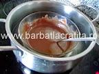 Prajitura cu nuca si crema caramel preparare reteta glazura de ciocolata
