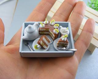Bolo e cafe em miniatura