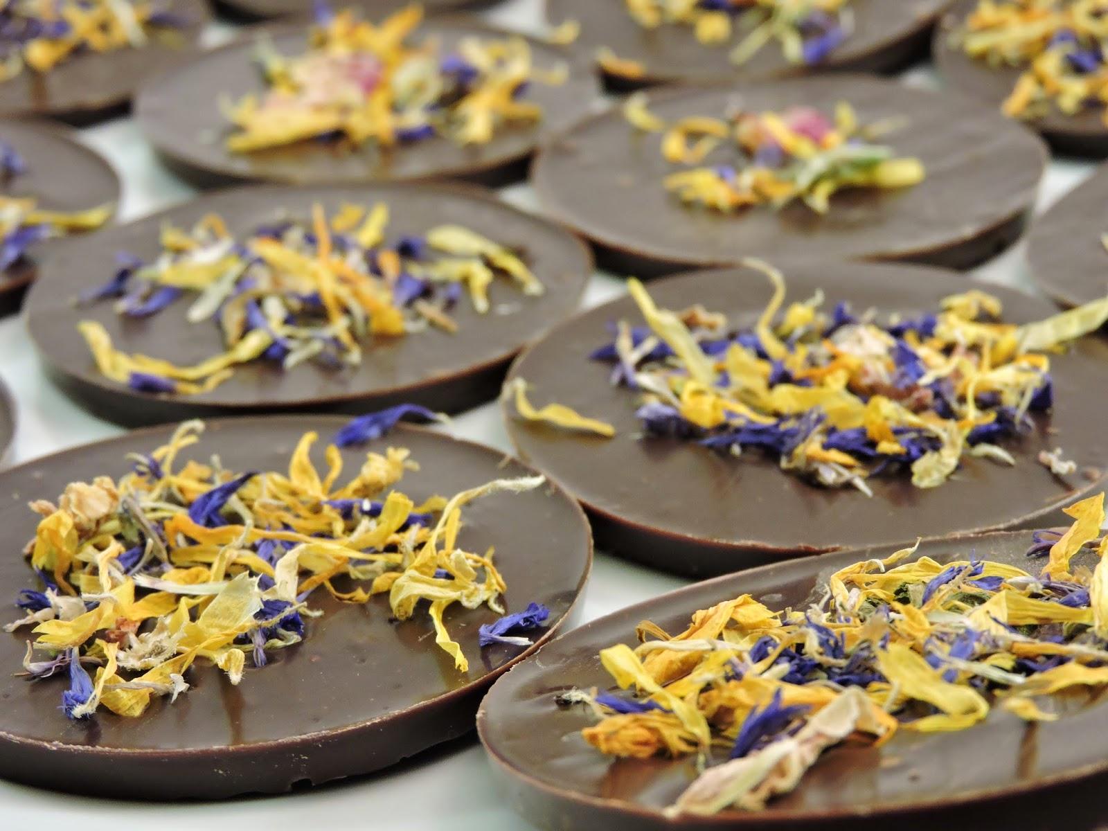 Palets de chocolat noir aux fleurs de bleuet, de soucis et de rose