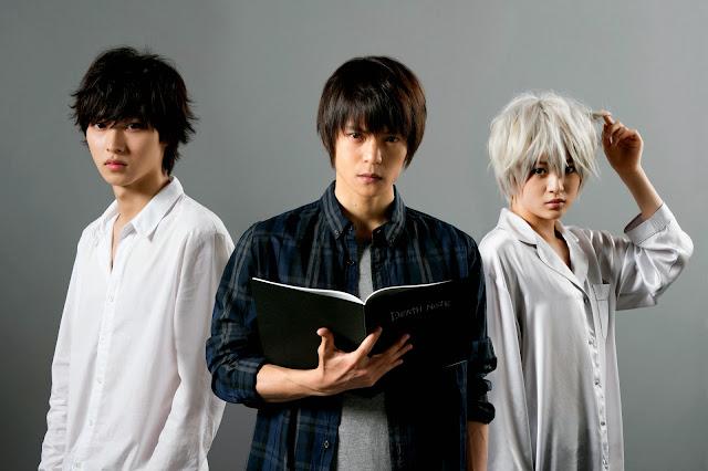 Zdjęcie aktorów z serialu aktorskiego Death Note, od lewej Kento Yamazaki jako L, Masataka Kubota jako Light Yagami oraz Mio Yuuki jako Near